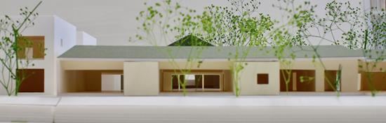 土の家(乳児棟)、木の家(遊戯棟)、石の家(幼児棟)の分棟による設計です。